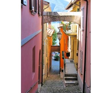 Фотообои Узкая улица в городе Варенна, на озеро Комо, Италия