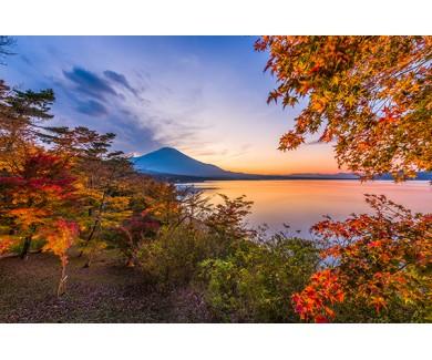 Фотообои Озеро в Японии с видом на гору