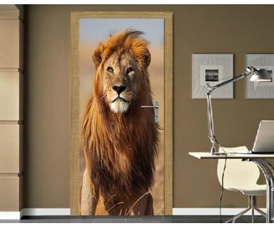 Наклейка на дверь Величественный лев с золотой гривой