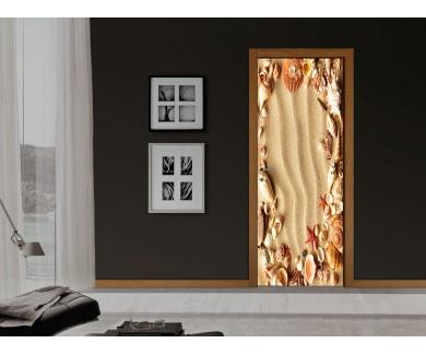 Наклейка на дверь Морские раковины с песком в качестве фона