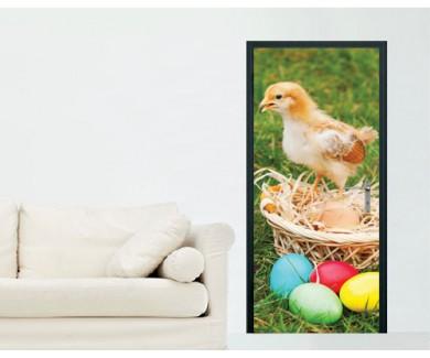 Наклейка на дверь Маленький цыпленок с цветными пасхальными яйца