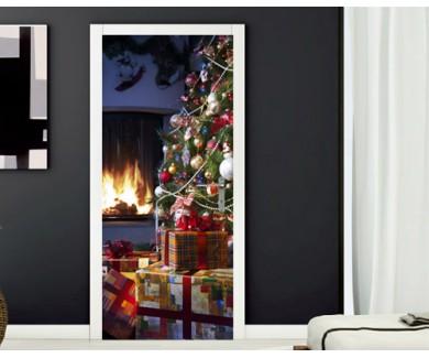 Наклейка на дверь Новогодние подарки под ёлкой у камина