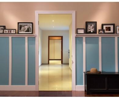 Наклейка на дверь Длинный и красивый коридор с открытой дверью