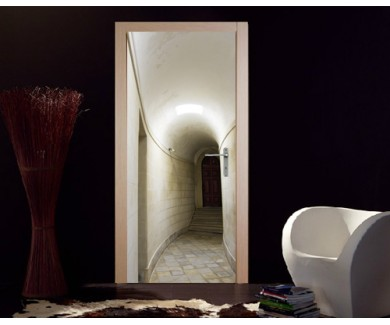Наклейка на дверь Длинный коридор с белыми стенами