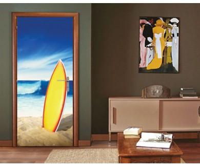 Наклейка на дверь Доска для сёрфинга, стоящая в песке