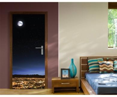 Наклейка на дверь Полная луна в чистом звездном небе над городом