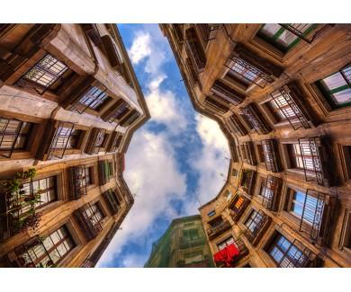 Фотообои Вид на небо в городском дворе